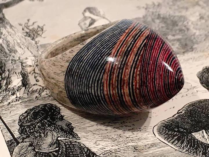Стари, неупотребливи книги трансформирани во прекрасен и екстравагантен накит