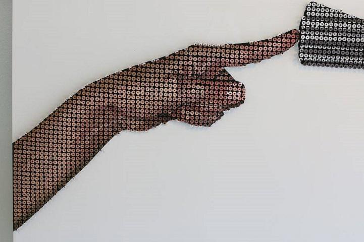 Артист со 6.000 шрафови направил моќен портрет кој ја претставува победата на љубовта врз злото