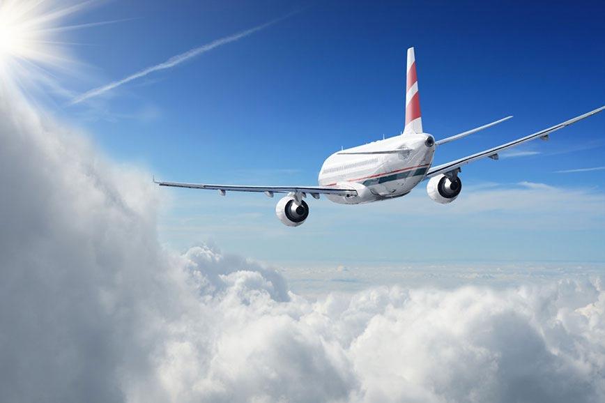 Зошто авионите оставаат бели траги на небото?