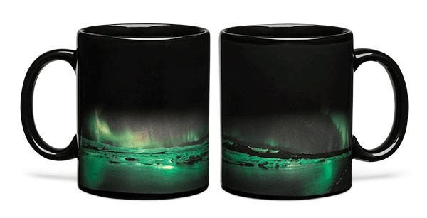 (2) Фасцинантна шолја за кафе под влијание на топлина ни открива неверојатна аурора бореалис