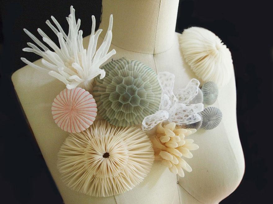 Артистка изработува накит од проѕирни ткаенини, инспириран од морските убавини