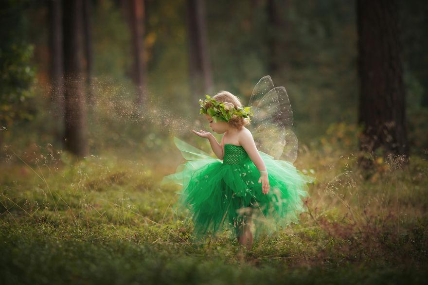 Учителка ги фотографира своите деца во магични сценарија и костими кои ги изработува сама