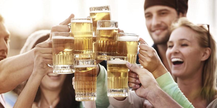 Дали луѓето кои пијат пиво имаат поголеми шанси за секс на првиот љубовен состанок?