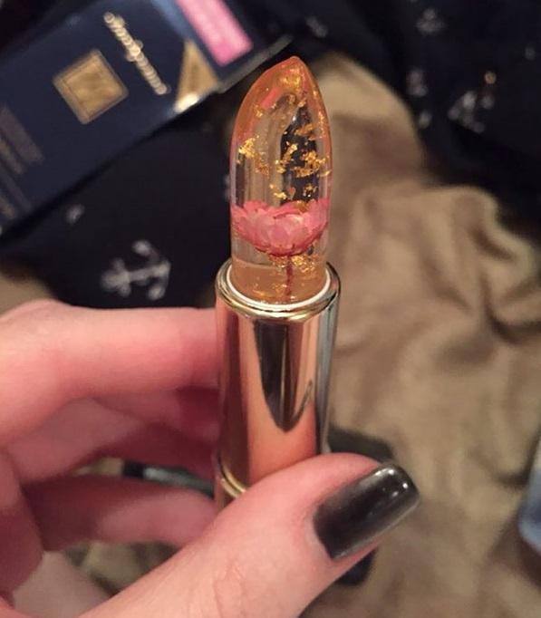 Погледнете го новиот изум во козметиката: Кармин кој содржи вистински цвет и ја менува бојата