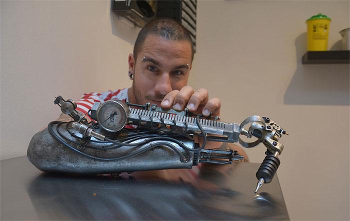 Талентиран артист за тетоважи добива втора шанса за својата работа со протеза за рака