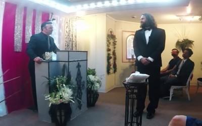 Овој маж се венчал за својот смартфон за да ја докаже неговата поента за општеството