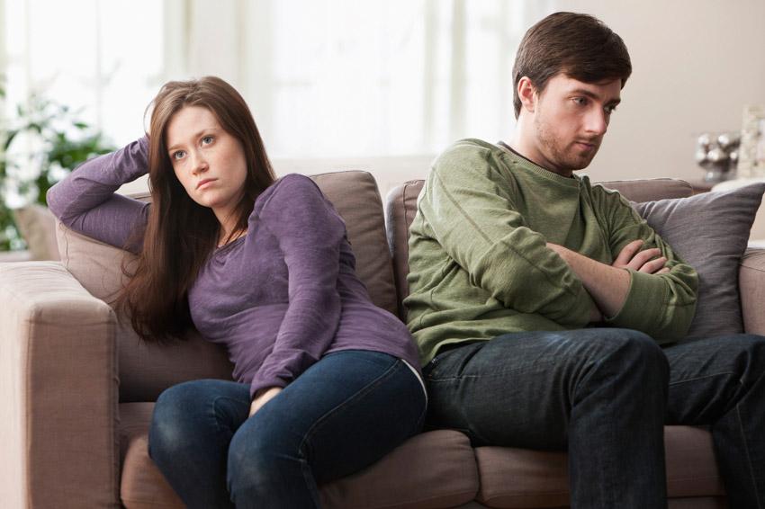 Кои се најчестите неоправдани причини поради кои му се лутиме на нашиот партнер?