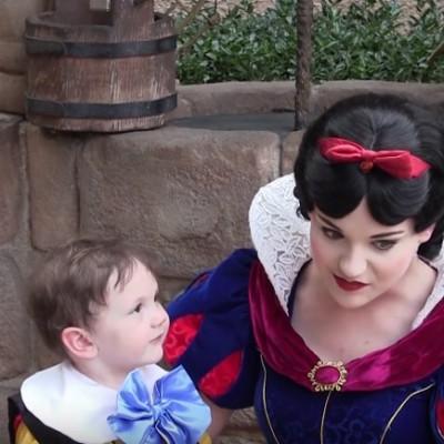 Погледнете како ова детенце со аутизам се вљубува на прв поглед во Снежана од Дизни Ворлд