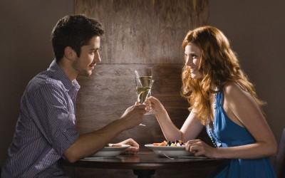 10 прашања кои тој очајно сака да ви ги постави на првиот љубовен состанок, но не се осудува