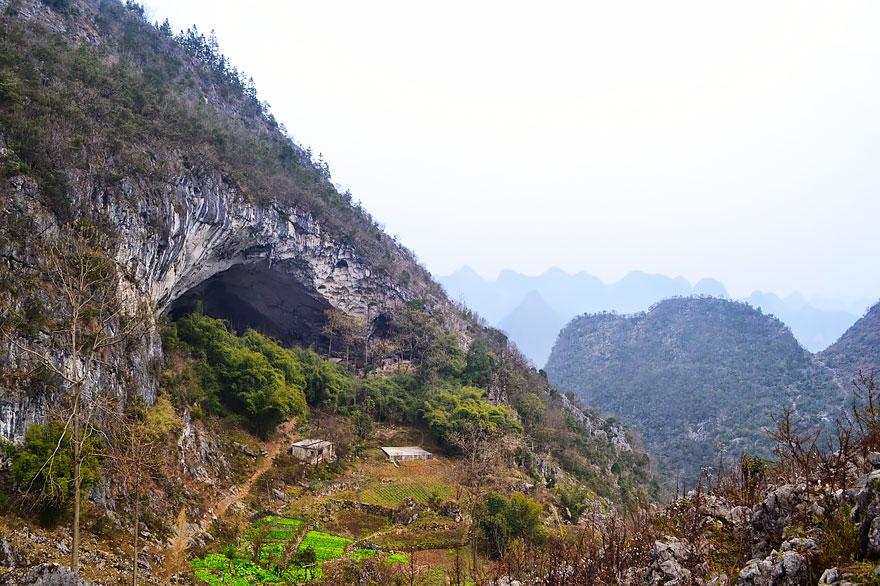 (1) Постои голема пештера во кина, со училиште и терен за кошарка, каде што живеат 100 луѓе