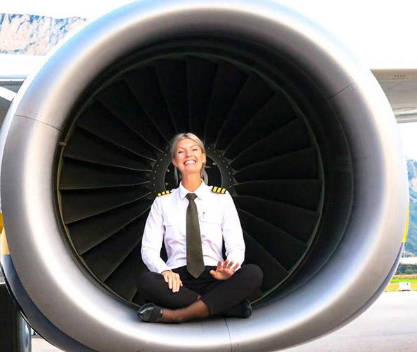 (12) Шведска пилотка го живее својот сон: Патува, вежба јога и се фотографира