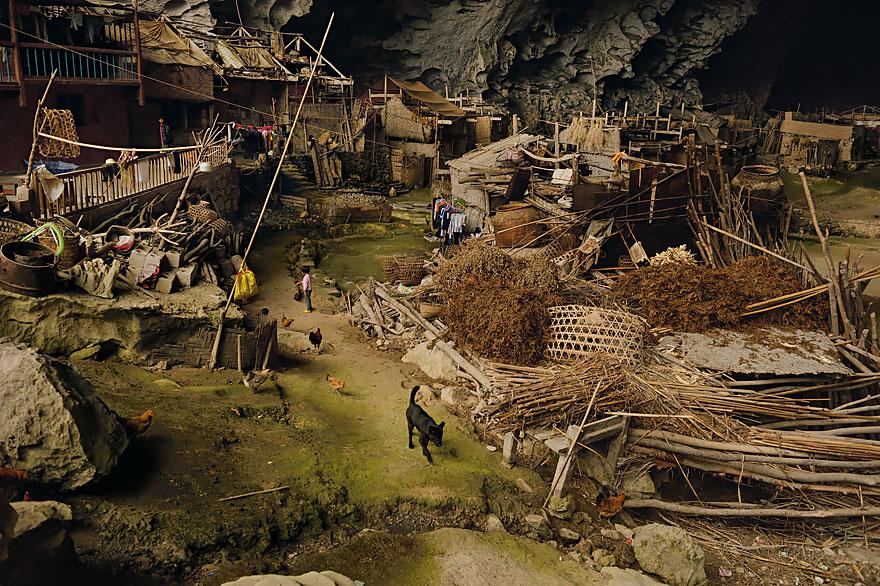 (2) Постои голема пештера во кина, со училиште и терен за кошарка, каде што живеат 100 луѓе