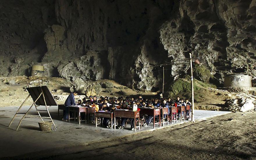 (4) Постои голема пештера во кина, со училиште и терен за кошарка, каде што живеат 100 луѓе