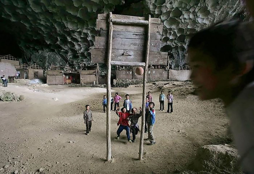 (6) Постои голема пештера во кина, со училиште и терен за кошарка, каде што живеат 100 луѓе