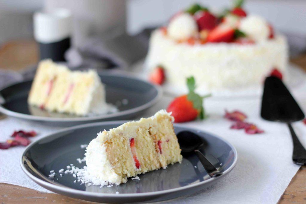Бело чоколадо, јагоди и кокос: Рафаело торта од соништата!