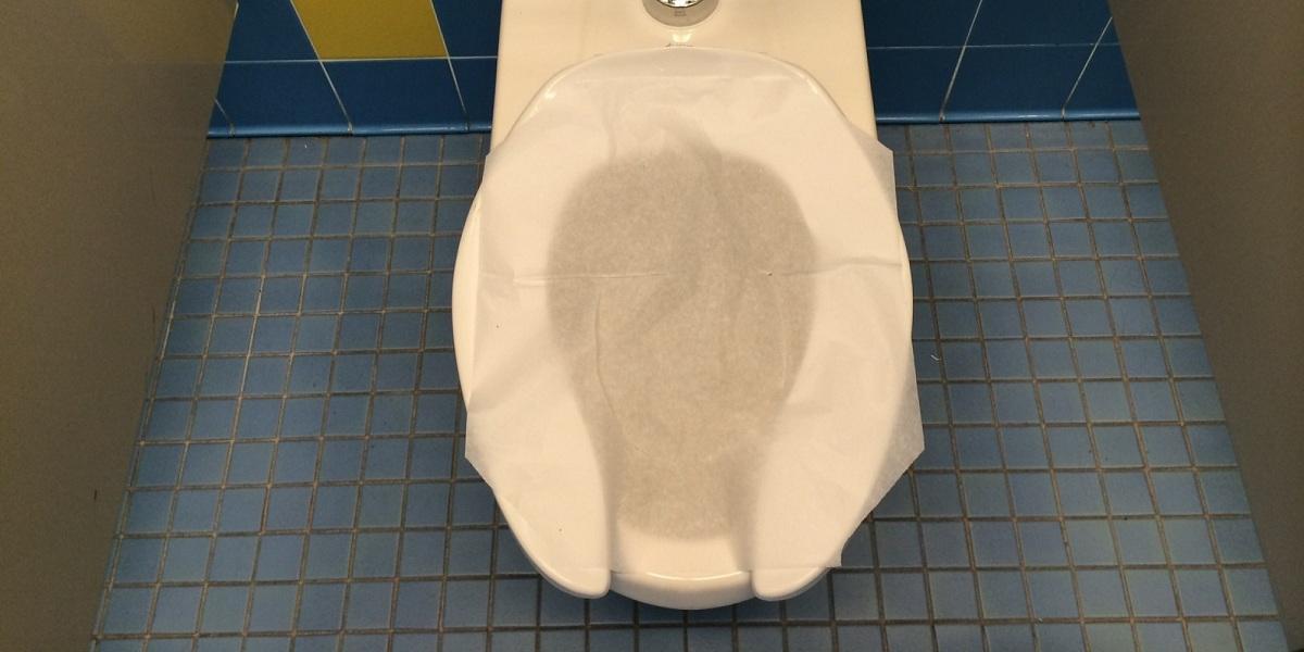 Еве зошто не треба да го покривате со хартија местото за седење на тоалетната шолја