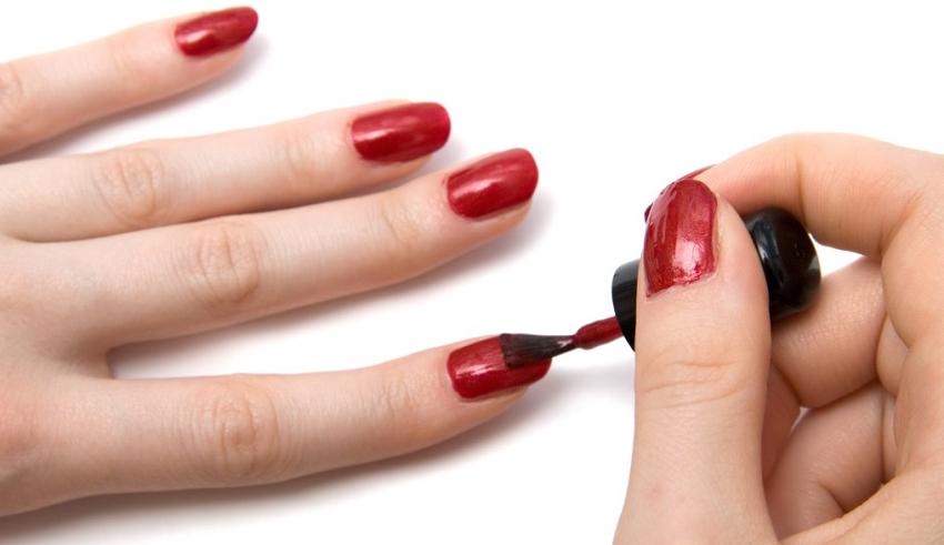 Совет од експерт: Отстранете го темниот лак за нокти без да оставите траги