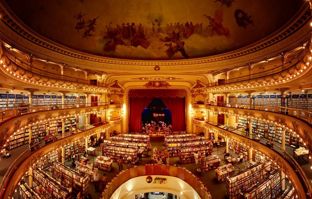 (1) Театар стар 100 години претворен во библиотека од соништата