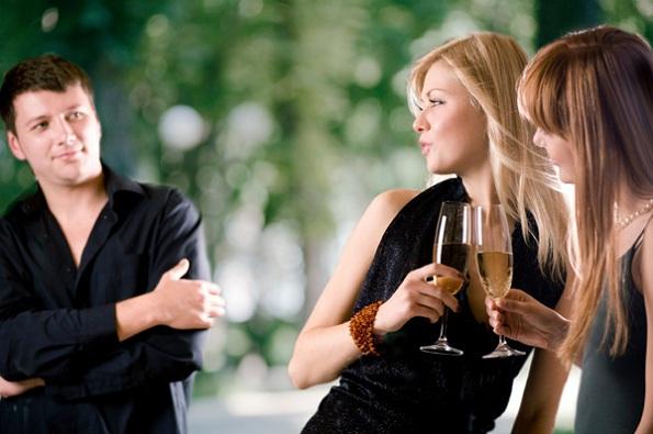 Од машка перспектива: Зошто мажите гледаат во други жени?