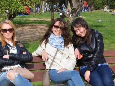Оптичка илузија што ги збуни сите: Каде е проблемот на фотографијата со трите жени кои седат на клупа?