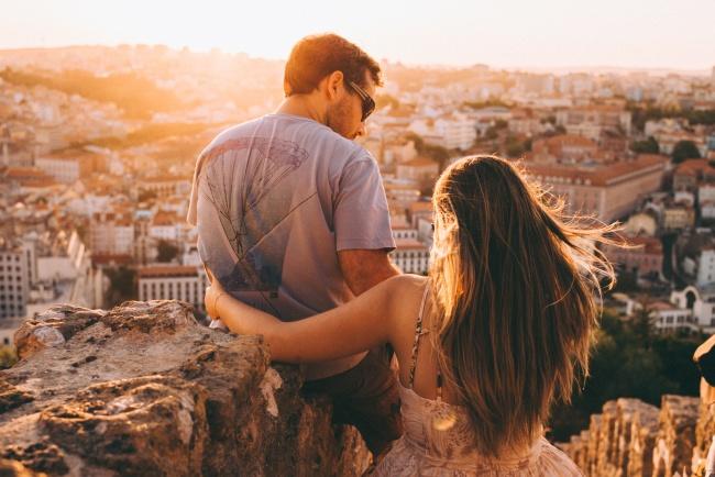 (1) Еве зошто среќните парови не зборуваат за нивната врска на социјалните мрежи