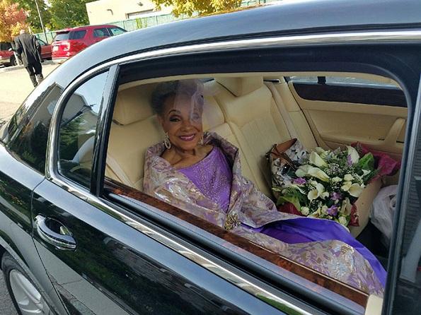 86-годишна баба се омажила во прекрасен фустан кој самата си го дизајнирала