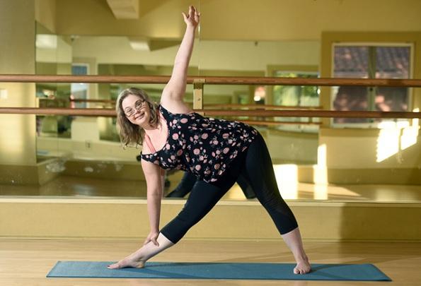 Девојка со Даунов синдром одржува часови по јога