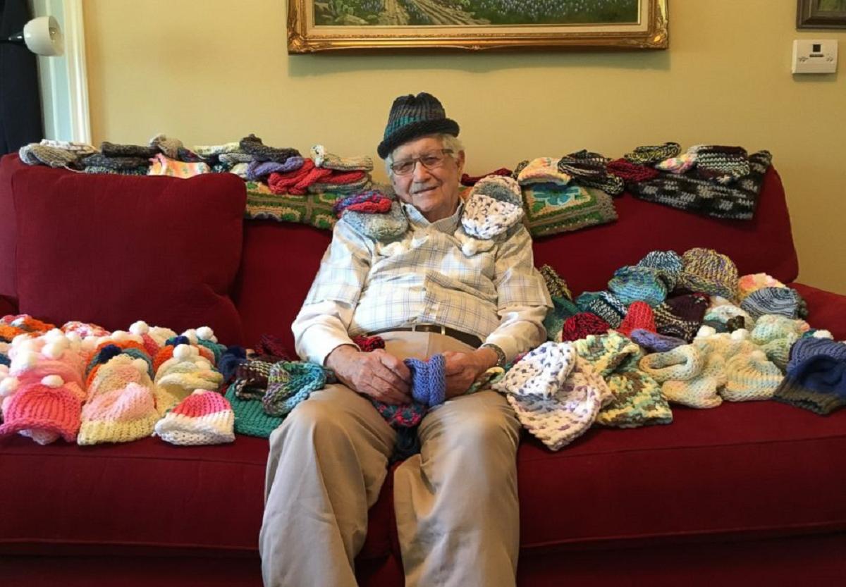 86-годишен старец се учи да плете со цел да направи капи за предвремено родените деца