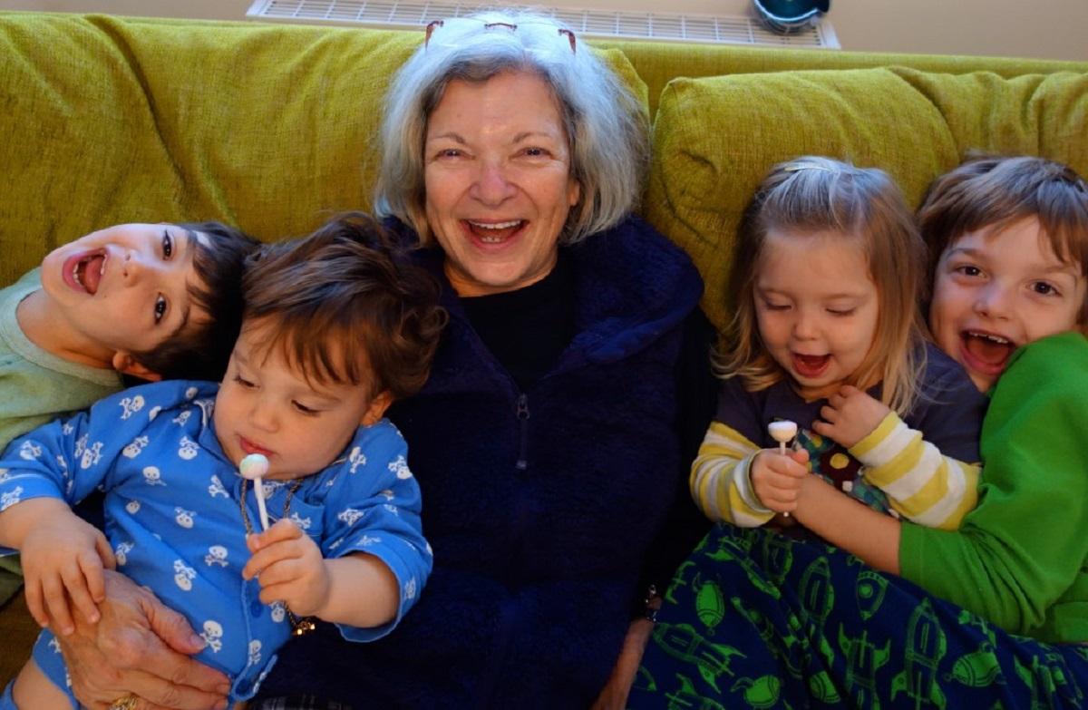 Истражувањата покажуваат: Бабите имаат големи придобивки од чувањето на нивните внуци