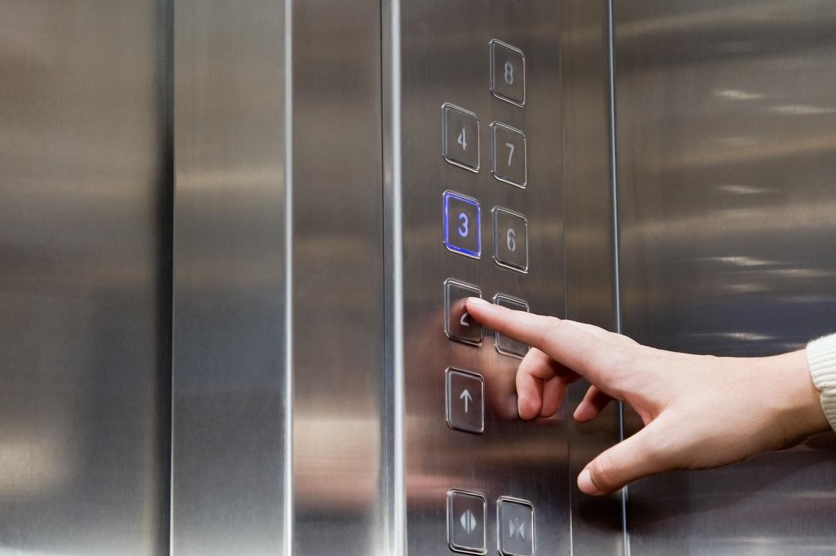 Корисни совети: Што да правите доколку падне лифтот во кој се наоѓате?
