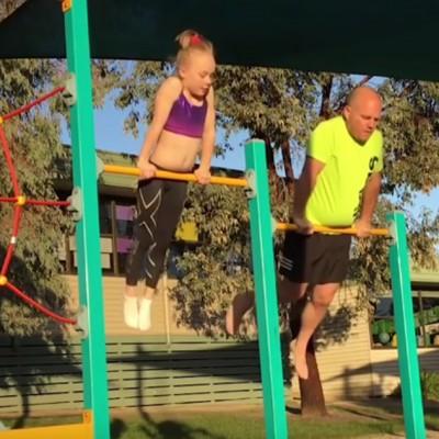 Погледнете како овој татко ги имитира гимнастичарските движења на неговата ќерка