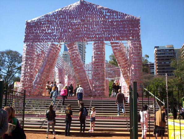 Партенон изграден од забранети книги како потсетник за значењето на интелектуалната слобода