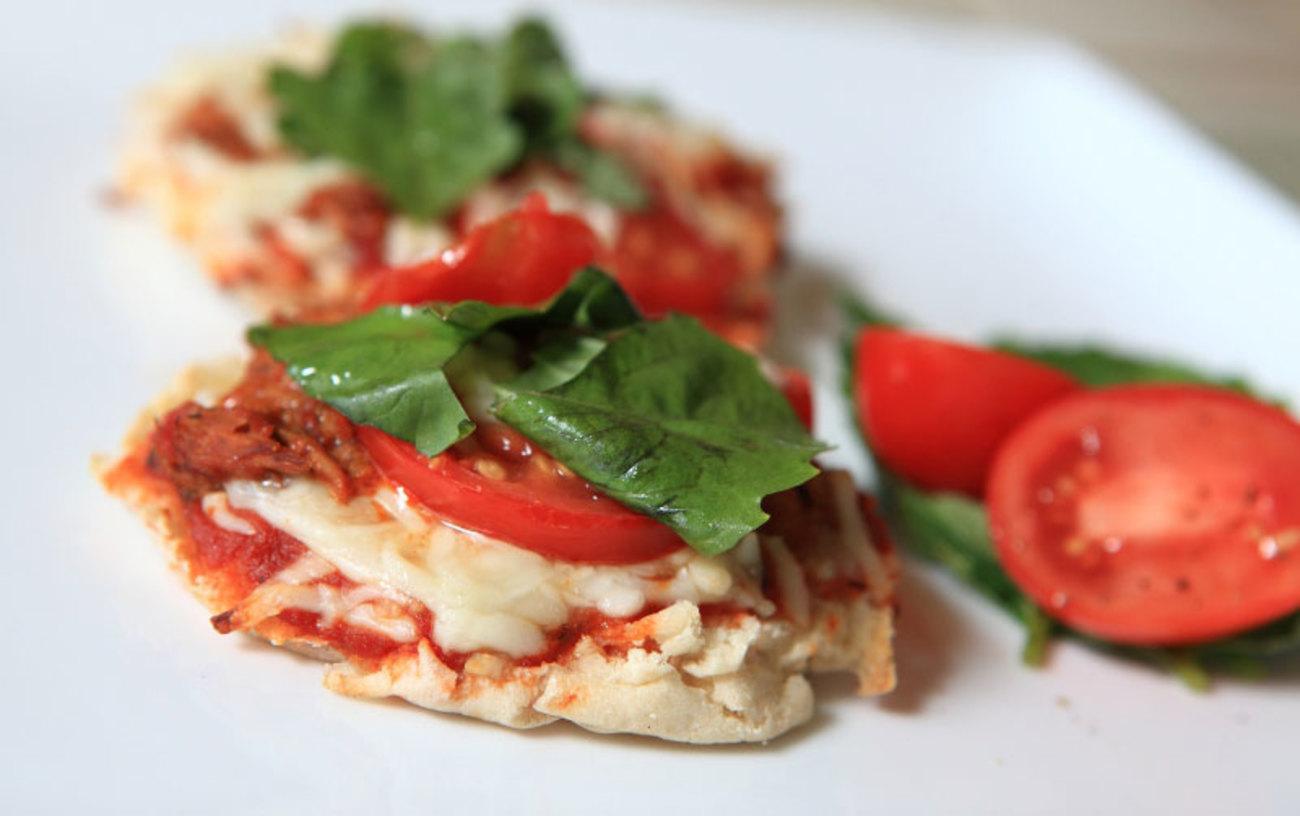 (0) Посна пица со ајвар: Необична, вкусна и готова за 10 минути!