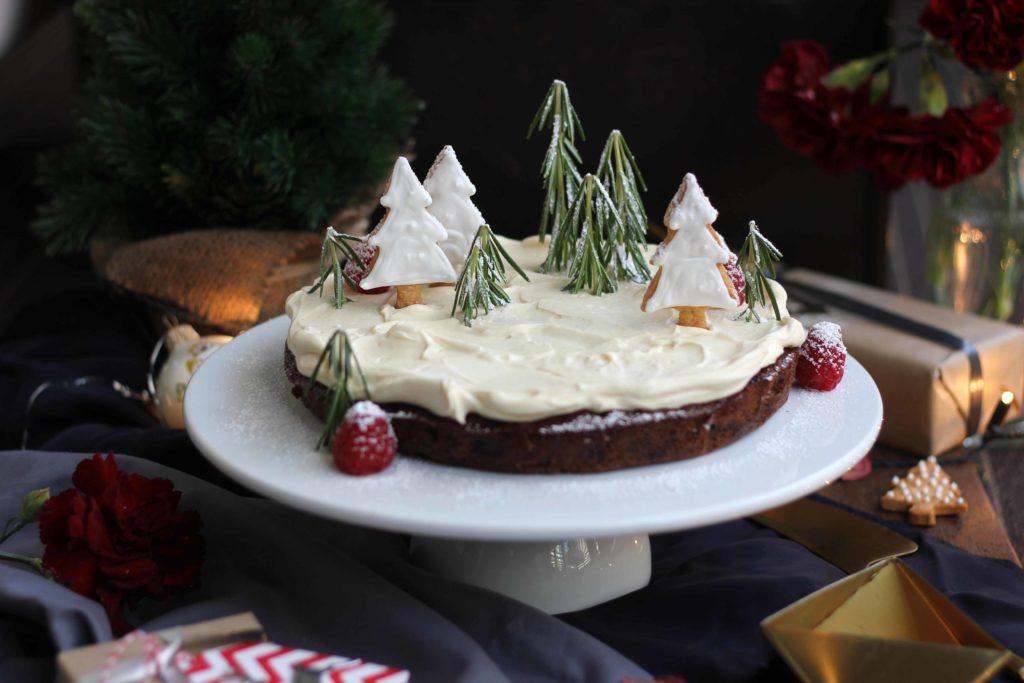 (1) Декорирајте ја трпезата за новогодишната прослава со оваа прекрасна торта