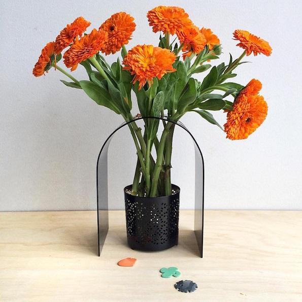 Креативни разнобојни рамки ги претвораат теглите во прекрасни вазни