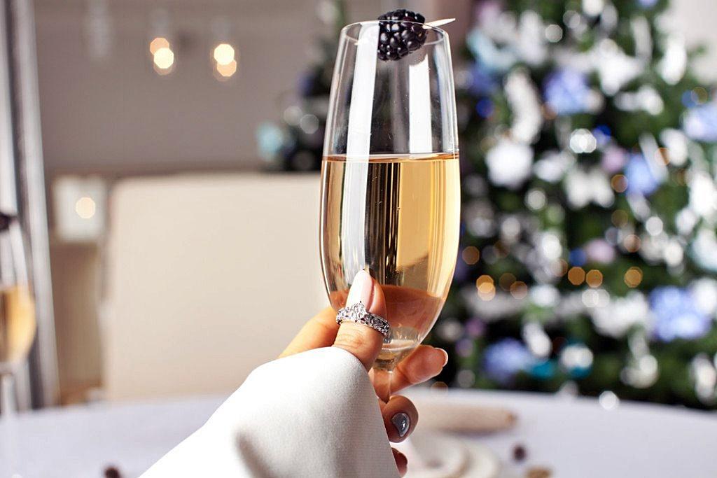 1-4-prichini-zoshto-treba-da-piete-shampanj-vo-tekot-na-celata-godina-www.kafeauza.mk_