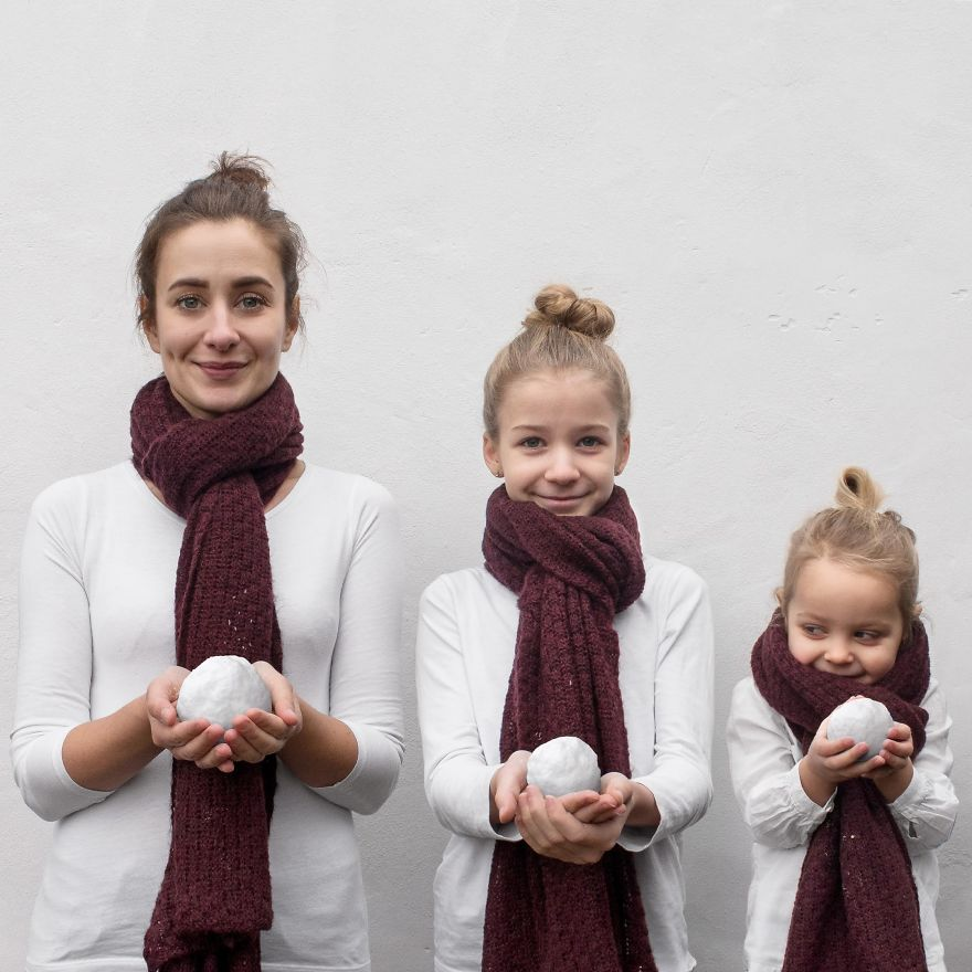 Мајка се фотографира со нејзините две ќерки во слична облека