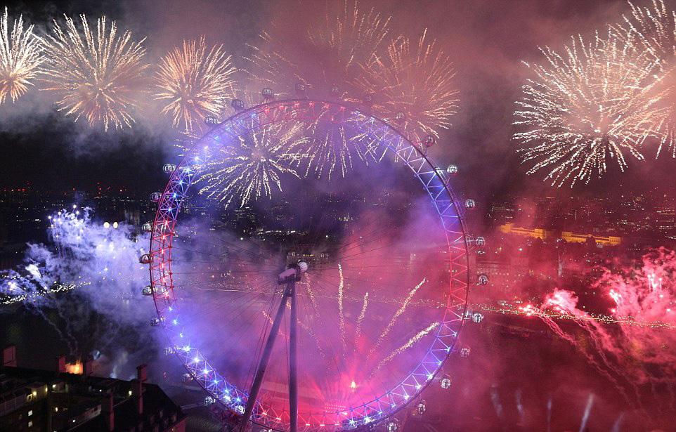 Среќна Нова година! Погледнете ги спектакуларните огномети кои заблескаа вчера ширум светот