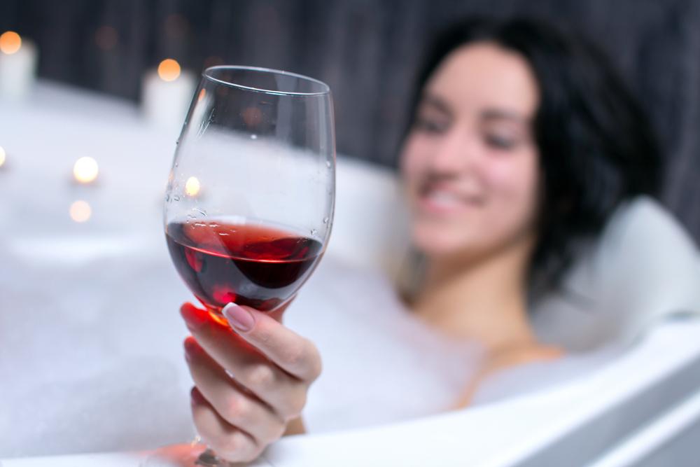 Што ќе се случи ако се бањате во црвено вино?