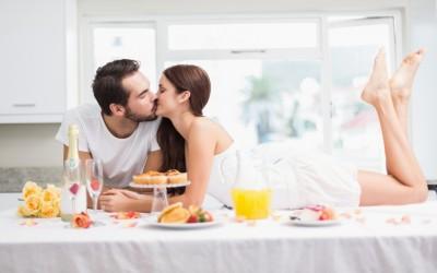 За сите мрзливи парови: Како да го поминете Денот на вљубените во домашна атмосфера?