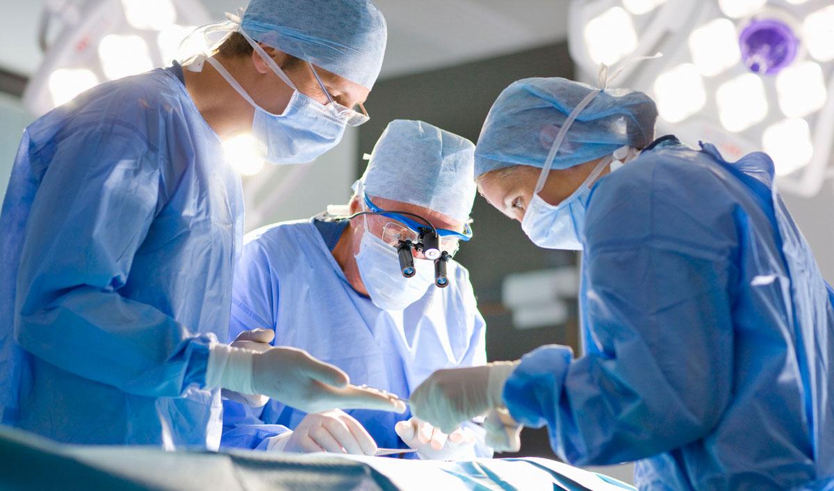 Зошто хирурзите носат зелени и сини мантили? Вистинската причина е од големо значење!