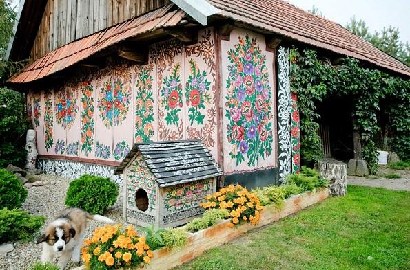 Вреди да се посети: Мало село во Полска каде што сѐ е покриено со цртежи од разнобојни цвеќиња