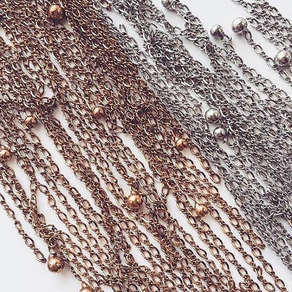 Нов моден тренд оваа година: Плетенки направени со метални синџирчиња