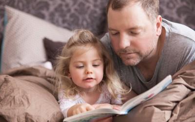 Драги родители, дали знаете зошто децата обожуваат да им читате приказни за добра ноќ?