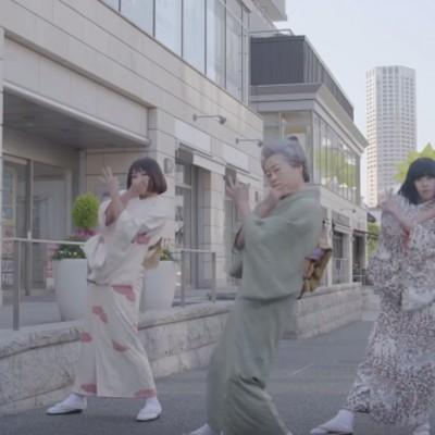 Хип хоп танцот на оваа кул бабичка од Јапонија ќе ве убеди да јадете ориз!