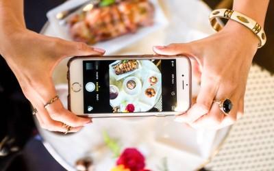 Загрижувачки податок: Дури 69% од младите ја сликаат храната пред да почнат со јадење!