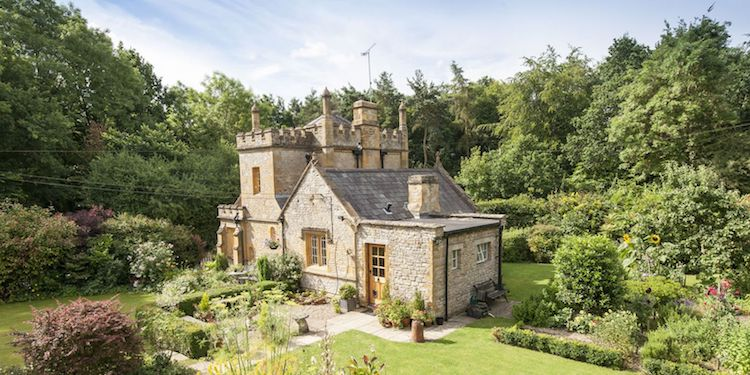 (1) Би живееле во овој мал замок?