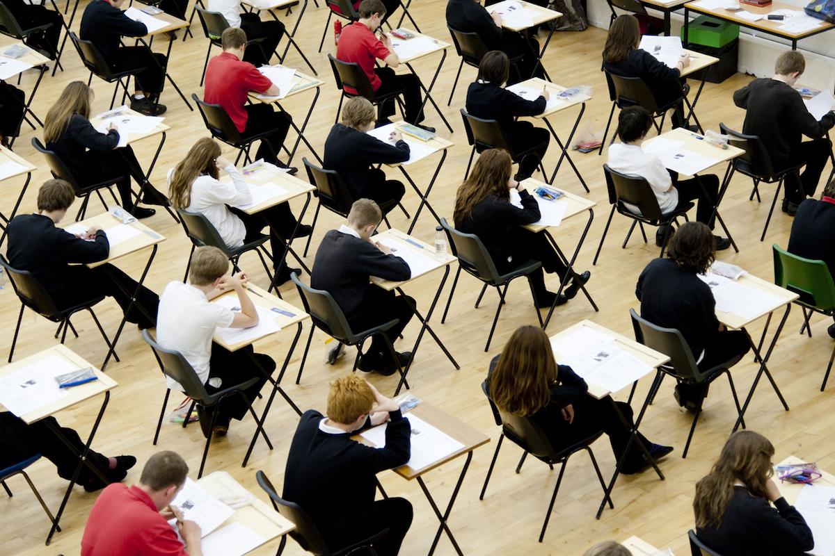Студентите сè повеќе препишуваат на испити со помош на гаџети!
