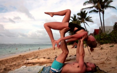 Необично запросување: Овој маж ја побарал девојка му за жена додека вежбале јога!