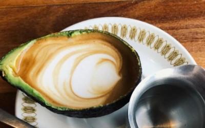 Необичен тренд во светот на кафето: Би пробале ли лате во авокадо?